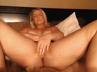 그녀의 음부를 비비며 굉장한 허벅지와 금발