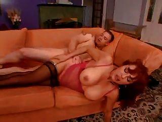 latina milf가 입속에서 엉덩이와 너트로 좆됩니다.