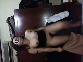인도네시아 gf는 그녀의 털이 많은 고양이 가슴과 엉덩이를 보여줍니다