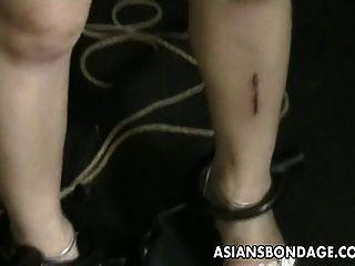 아시아 사춘기 groped 및 그녀의 괴짜 마스터에 의해 찌 르 기 되면