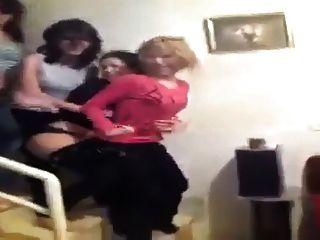 2015 년 춤을 추는 동안 아라비안 소녀들은 끈 팬티를 보여줍니다.