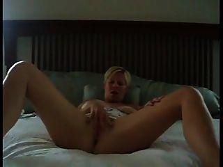 tanlined milf가 그녀의 음부를 움직인다.