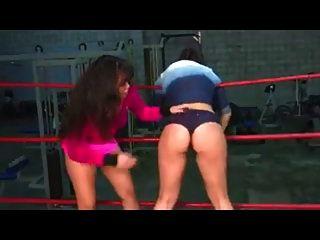 벌거 벗은 엉덩이 레슬링