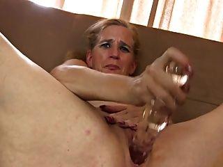 오래된 타트는 섹스 토이로 그녀의 음부를 움직입니다.