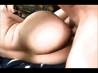 매력적인 여자애는 그녀의 둥근 엉덩이를 망하게한다.