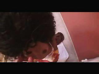 뜨거운 흑인 하녀가 화장실에서 잤어. 즐겨