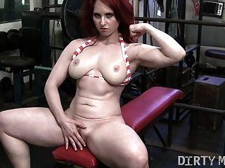 빨간 머리 andrea는 체육관에서 자위한다.