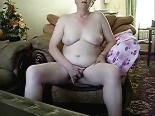 뚱뚱한 할머니가 자비 앞에서 자위하는 중이다.