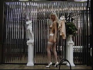 섹시한 금발 스타킹 그녀의 음부와 엉덩이 카메라에 대 한 보여줍니다.