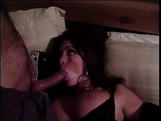 테일러 세인트. 클레어는 빨고 침대에서 딱딱한 수탉을 데려 간다.