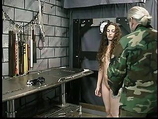 귀영 나팔을 가진 귀여운 젊은 갈색 머리는 지하 감옥에있는 주인 len에 의해 제지된다.