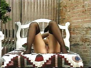 거유 한 갈색 머리 그녀의 귀여운 엉덩이와 연극과 뺨을 확산