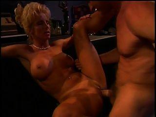 섹시한 bimbo는 그녀의 음부가 망하게되는 것을 좋아합니다.
