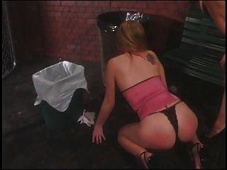 귀여운 레즈비언이 무릎을 꿇고 속박되다.