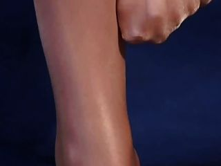 반짝 이는 높은 광택 팬티 스타킹에 섹시한 다리