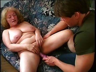 통통한 할머니는 젊은 남자를 엿 먹이고 섹스를한다.