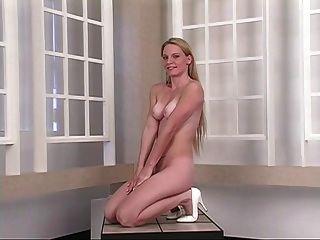 뜨거운 젊은 금발은 거울 앞에서 그녀의 꽉 엉덩이 뺨을 펼쳐