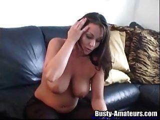 그녀의 음부에 장난감을 사용하는 섹시한 레슬리