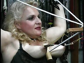 busty blonde는 그녀의 가슴을 학대하고, dungeon에서 로프와 연극을한다.