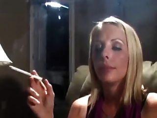 뜨거운 금발의 milf 120s 흡연