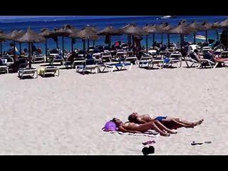 해변 태양 입욕 커플