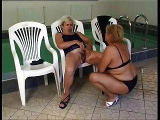 성숙한 레즈비언이 수영장에서 엿 먹어.