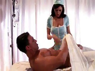 Busty 간호사가 환자를 엿 먹인다.