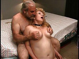 성숙한 금발은 늙은 남성 파트너에 의해 침실에 꽉 채워진다.