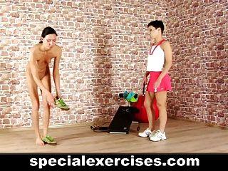 레즈비언 코치가 훈련 한 몸집이 작은 사춘기 소녀