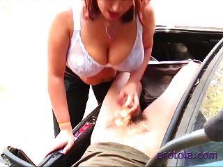 busty boobiekat는 트렁크에있는 남자에게 입으니까!