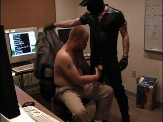 남자는 그의 작업 공간에서 구강 성교를한다.