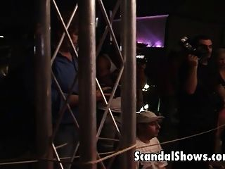 뜨거운 소녀가 스트립 쇼에서 묶여