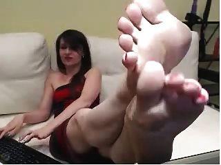 웹캠 소녀 빨간색 페인트 발톱, 섹시한 발바닥 보여줍니다.