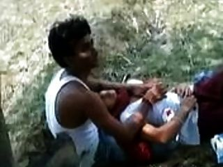 인도 소녀는 공원에서 그녀의 가슴과 그녀의 애인을 재생할 수 있습니다.