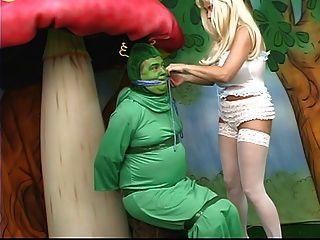 뚱뚱한 가슴을 가진 섹시한 앨리스는 원더 랜드에서 길을 잃고 애벌레와 놀다. 금발