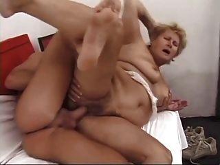 큰 가슴을 가진 털이 많은 할머니가 섹스를 당하다.