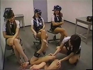 일본 경찰은 경찰 범죄자에 스트랩