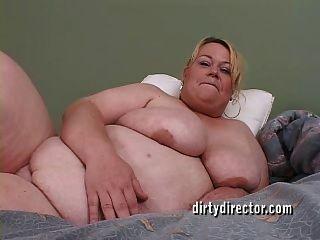 큰 젖꼭지 bbw는 그녀의 거대한 새끼가 망했어.