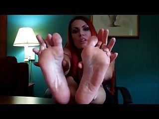 놀라운 빨간 머리, 그녀의 섹시한 엉덩이 발바닥을 보여주는 것을 좋아합니다! :디
