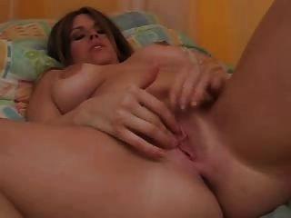 그녀의 음부를 문지르고 자신의 젖꼭지를 핥습니다.