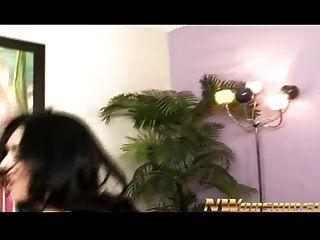 섹시한 갈색 머리의 섹시한 섹시한 젊은 흑인과의 이인증 섹스