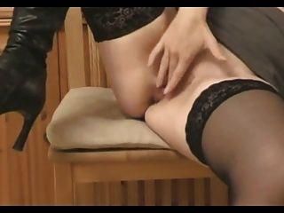 부츠에 섹시한 아내가 그녀의 발 뒤꿈치를 빌어 먹을