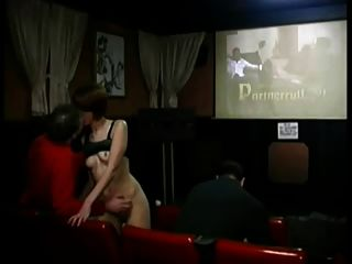 빨간 머리 걸레는 포르노 극장에서 야생갑니다