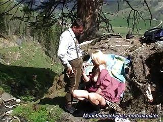 엄마는 산속에서 항문 섹스를 아주 좋아해.