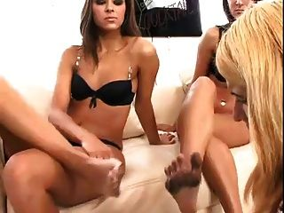 레즈비언 노예 더러운 발에는 두 명의 여주인이있다.