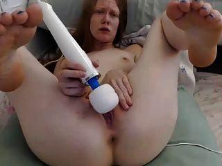 그녀는 clit에 vibe를 사용하는 동안 모든 구멍을 꽂습니다.