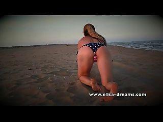 해변에있는 거대한 흑인 섹스 토이와 알몸의 더러운
