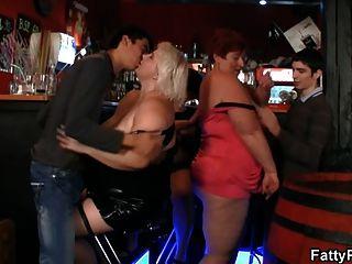 뚱뚱한 숙녀는 파티에서 재미있다.