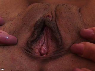 오르가슴에 그녀의 음부를 스트레칭 큰 딜도 라구 딜도