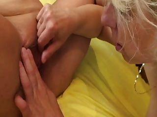 엘라와 마이클라는 서로 놀고 손가락질한다.